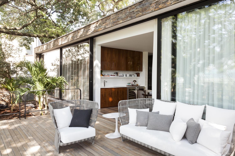 Dado Castello Branco cria casa de pedra e vidro integrada à natureza