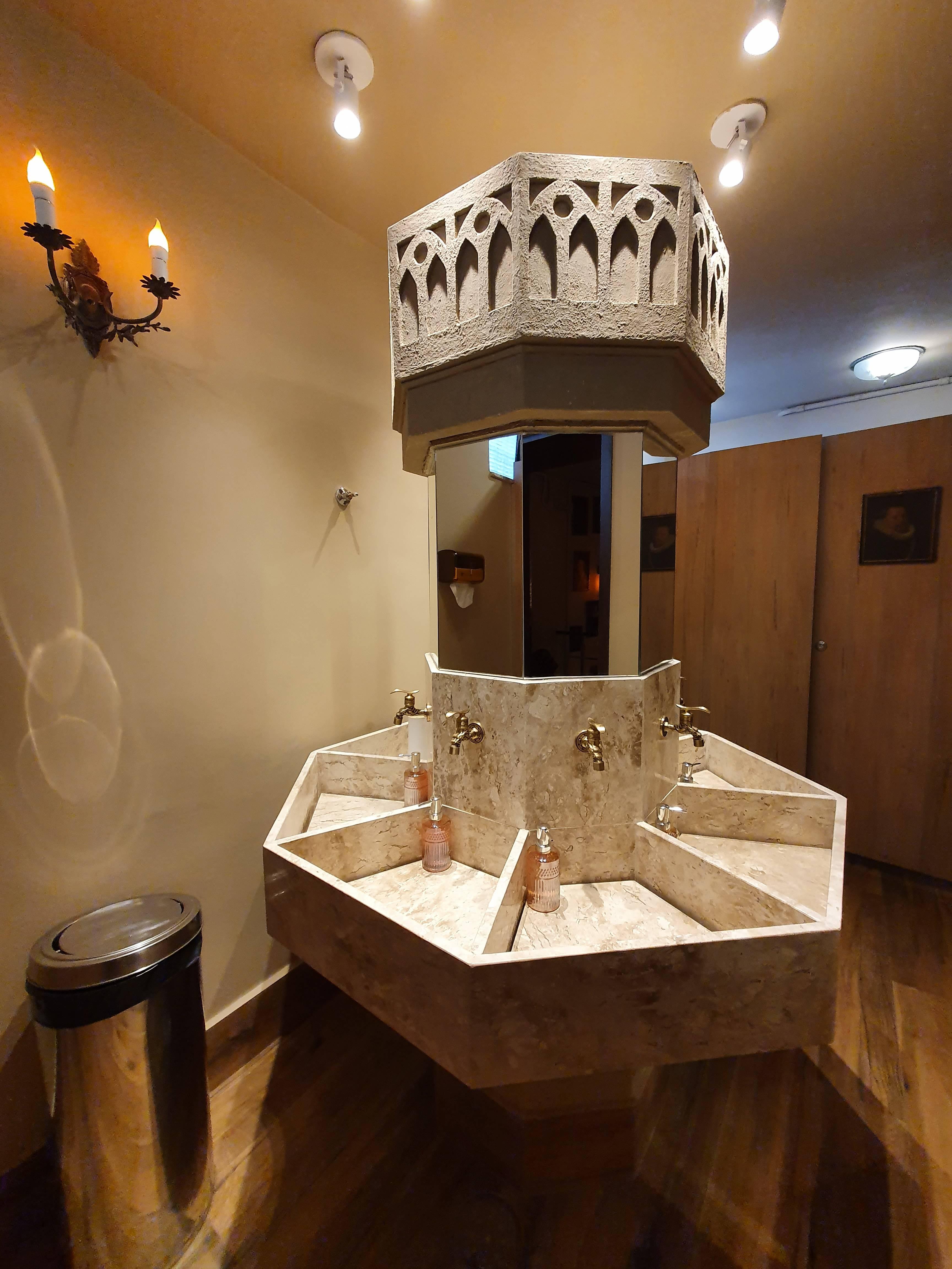 Imagem mostra pia hexagonal em banheiro