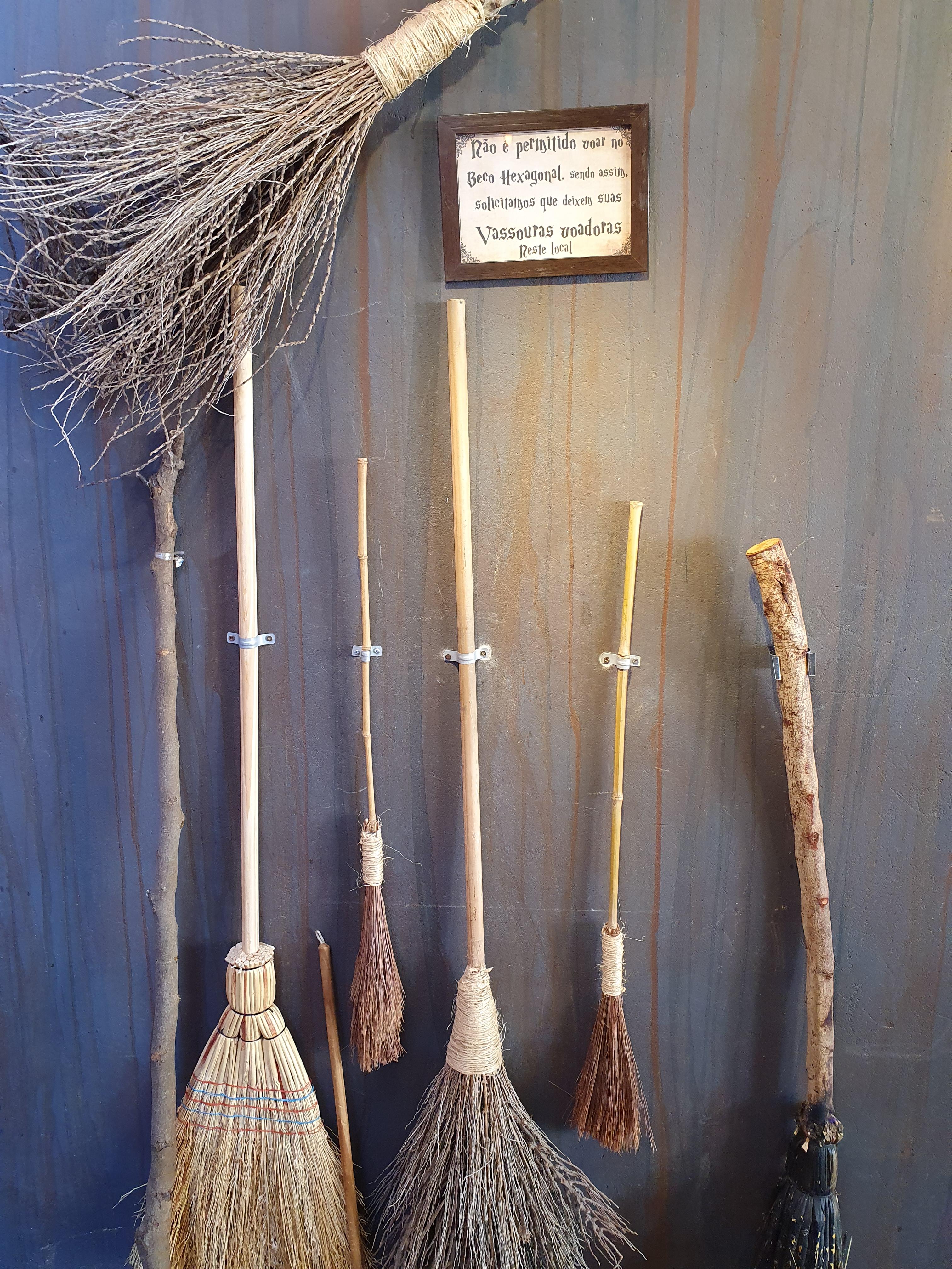 Imagem mostra vassouras penduradas na parede