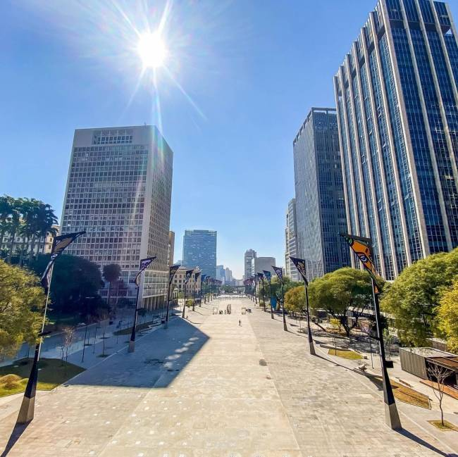 A imagem mostra o Vale do Anhangabaú, no centro de São Paulo