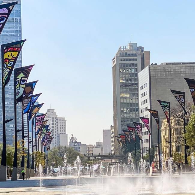 A imagem mostra bandeirolas, que fazem parte de projeto artístico do Vale d Anhangabaú
