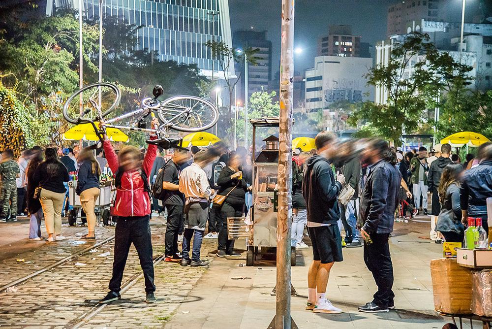 muitas pessoas bebendo e conversando em aglomeração de rua durante a pandemia no largo da batata