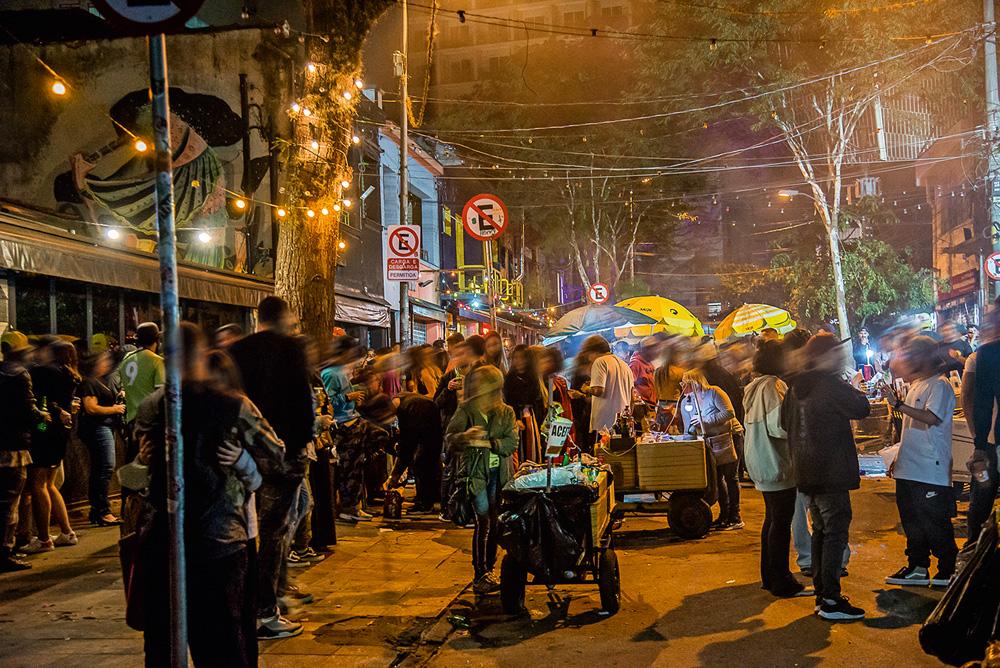 muitas pessoas bebendo e conversando em aglomeração de rua durante a pandemia na rua guaicuí, em pinheiros