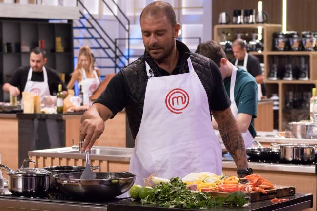 Diogo Nogueira cozinhando no programa MasterChef Brasil.
