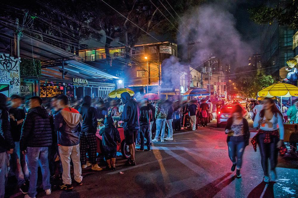 muitas pessoas bebendo e conversando em aglomeração de rua durante a pandemia na rua padre carvalho, em pinheiros