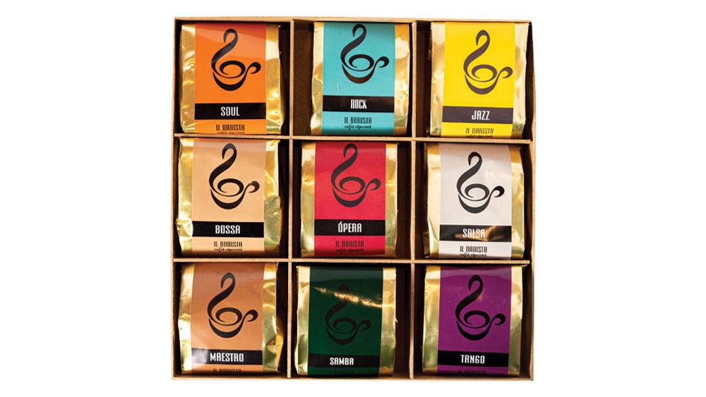 Caixa de madeira com nove variedades de café do IL Barista Cafés Especiais em fundo branco.