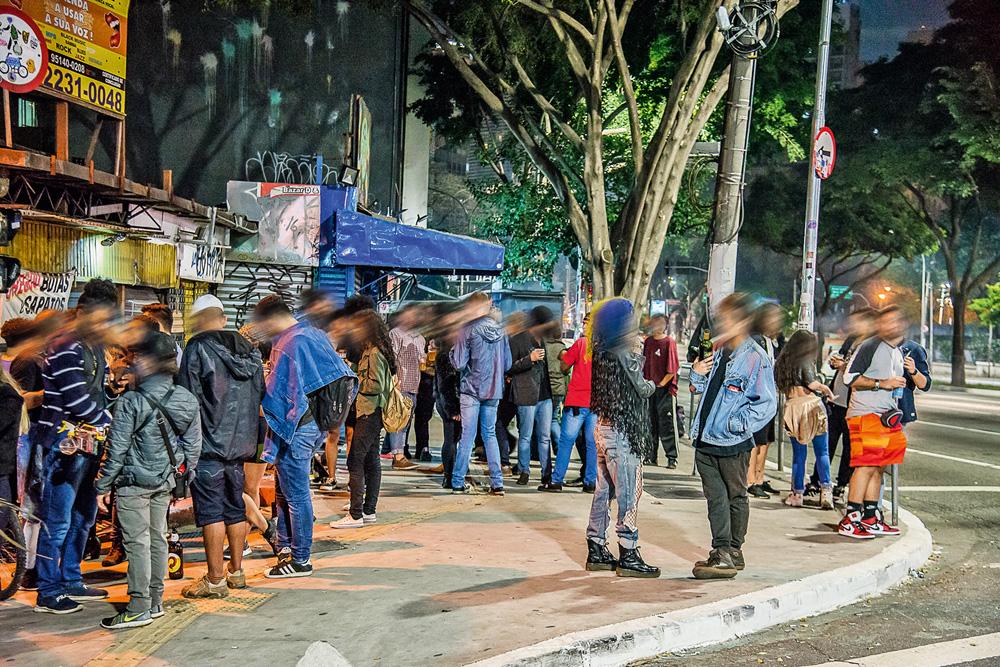 muitas pessoas bebendo e conversando em aglomeração de rua durante a pandemia na vila buarque