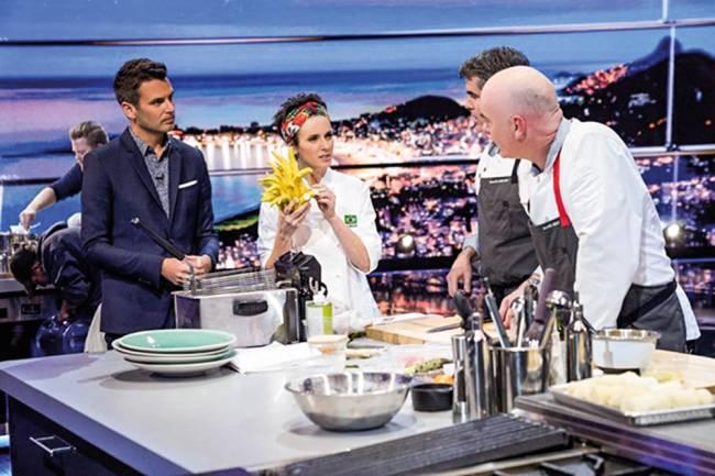 Chef Helena Rizzo na cozinha de gravação do reality The Final Table.