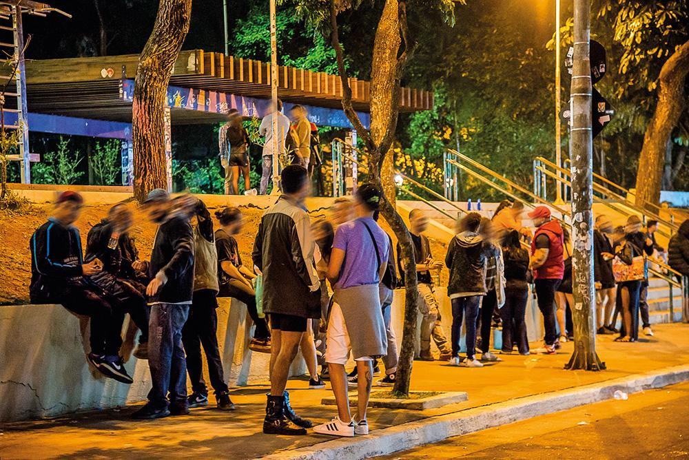 muitas pessoas bebendo e conversando em aglomeração de rua durante a pandemia na praça roosevelt