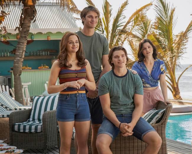 Cena de A Barraca do Beijo 3, com Joey King. Ela e três amigos dão risada juntos