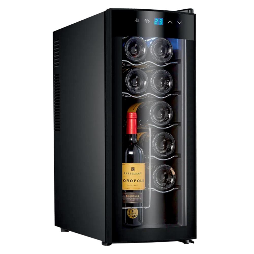 Uma adega eletrônica preta. Por meio do vidro, é possível ver algumas garrafas de vinho