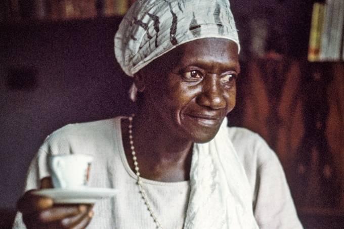 """Carolina Maria de Jesus, autora do livro """"Quarto de Despejo"""", tomando café."""