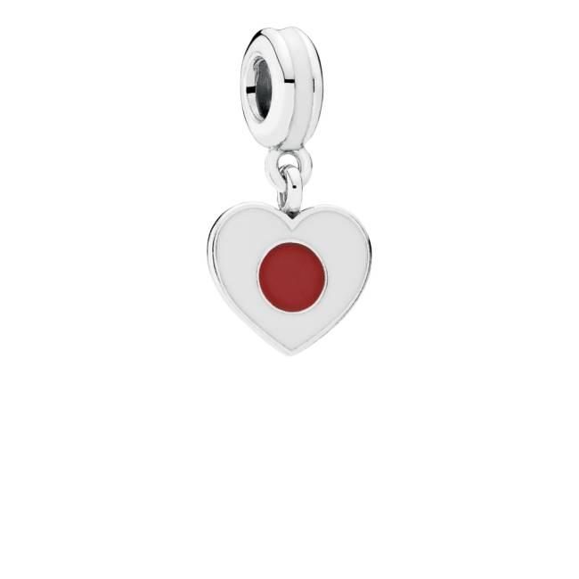 Pingente em formato de coração é estampado com a bandeira do Japão