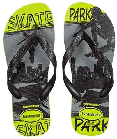 Chinelo da Havaianas. Tem estampa preto e branca de uma pessoa andando de skate e, nas bordas, é verde com o escrito