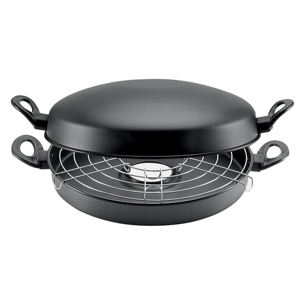 Uma churrasqueira portátil meio aberta preta