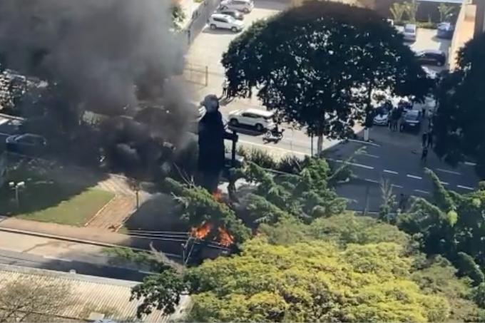 O Borba Gato, em São Paulo: grupo ateia fogo em estátua do bandeirante