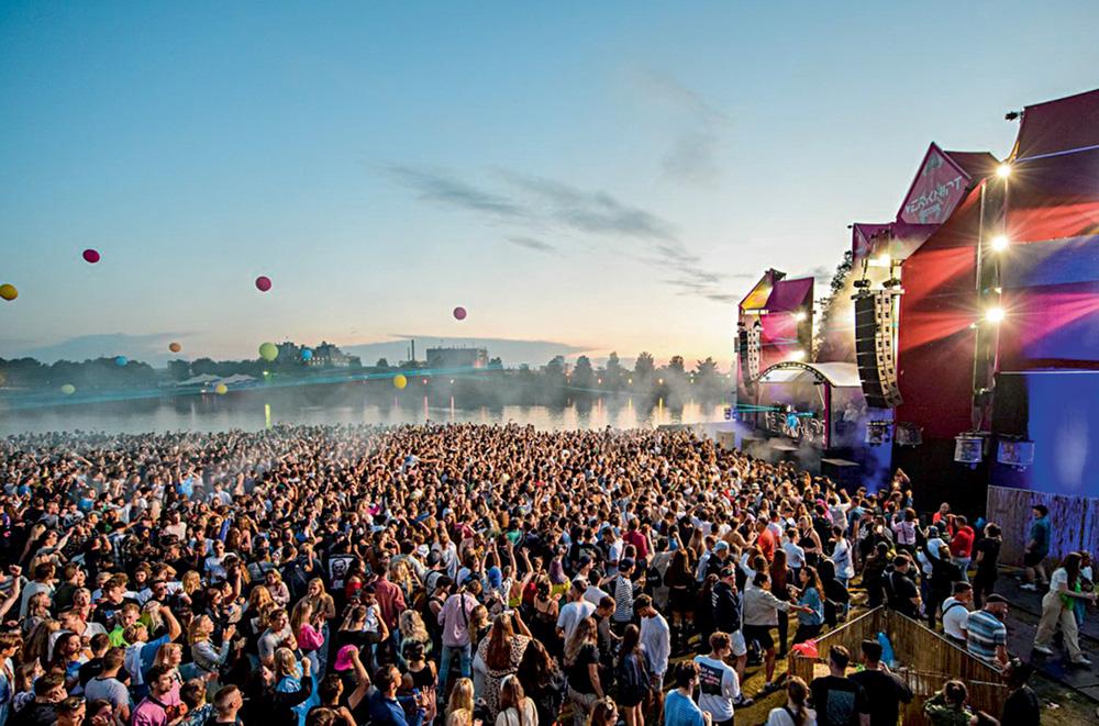 A imagem mostra um show sendo realizado na Holanda, com uma aglomeração imensa de pessoas em frente à um palco.