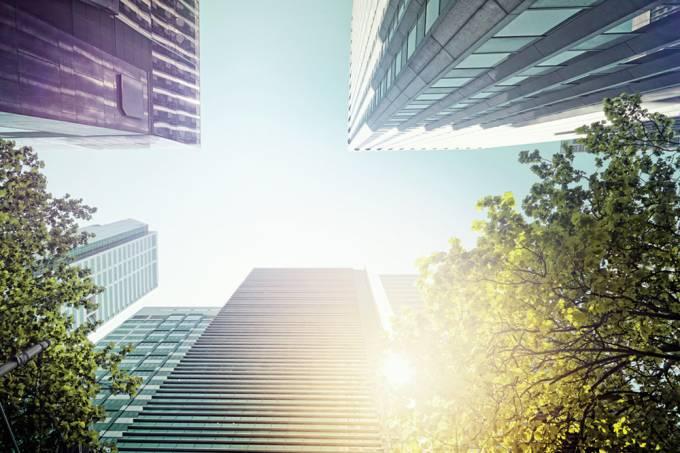 Vista do céu em meio a prédios