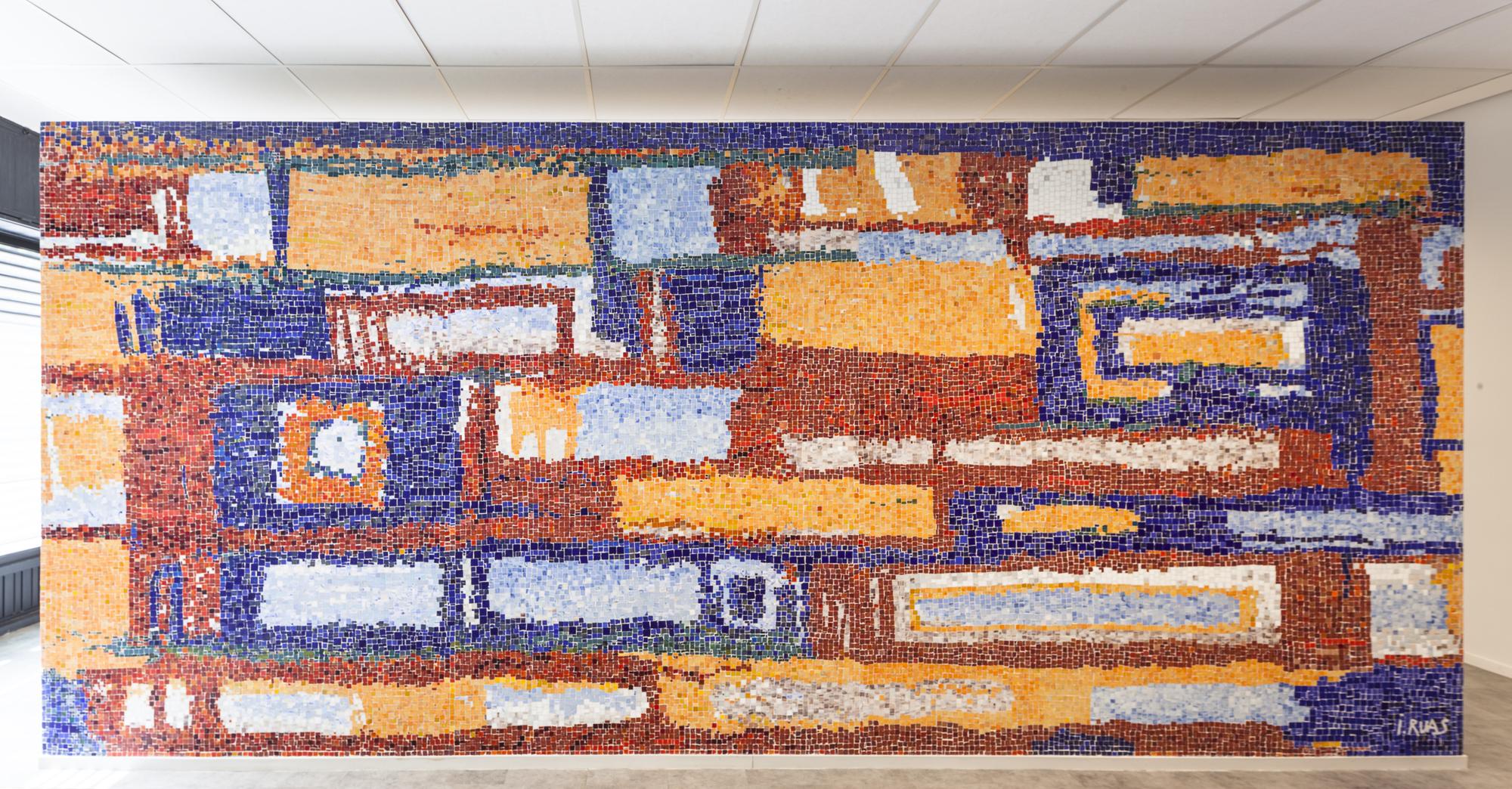 Glass Tesserae Panel, painel da Oficina de Mosaicos: foto exibe painel colorido e abstrato com formatos geométricos retangulares em tons de laranja, vermelho, bege e azul.