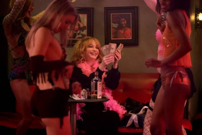 Cena da série Good Girls, com as protagonistas em um clube de stripper