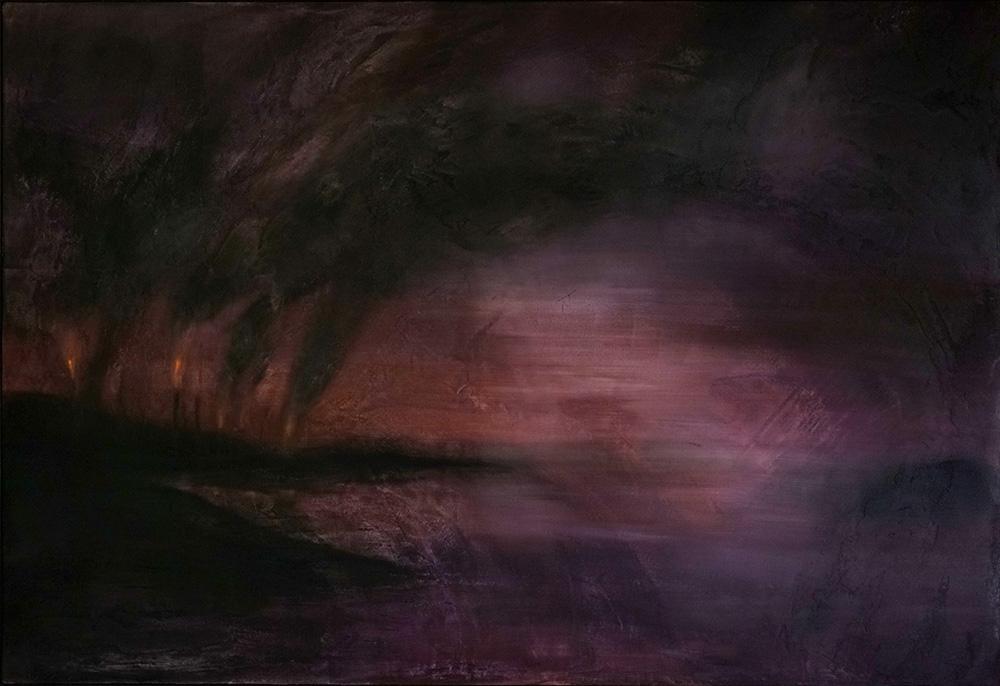 paisagem bem turva com tons arroxeados com uma queimada soltando bastante fumaça na esuqerda, ao fundo