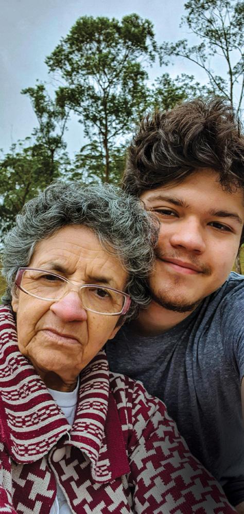 guilherme posando para a foto com sua avó, sindária. na foto, aparece basicamente apenas o rosto dos dois. ele está com um sorriso tímido e ela está com uma expressão séria