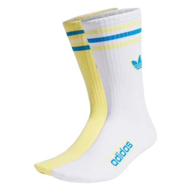 Uma meia amarela com listras azuis e brancas e outra meia branca com listras azuis e amarelas