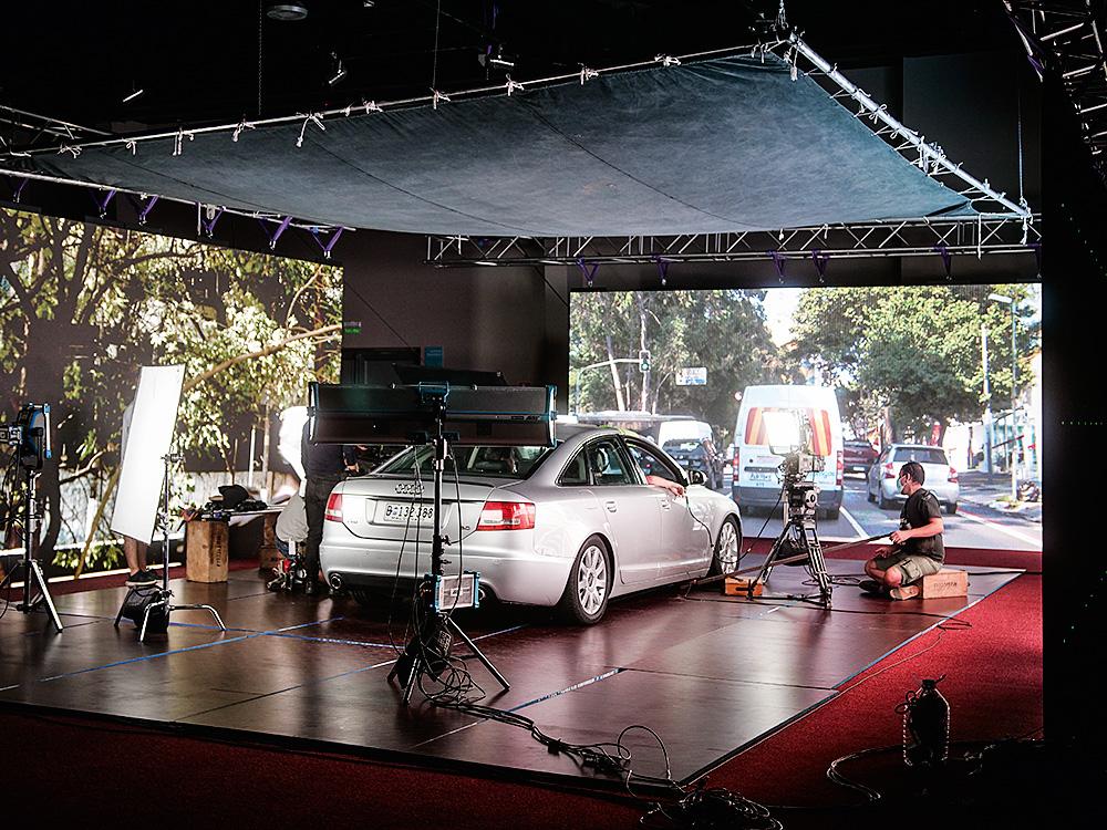 carro filmado em set que possibilita posterior edição