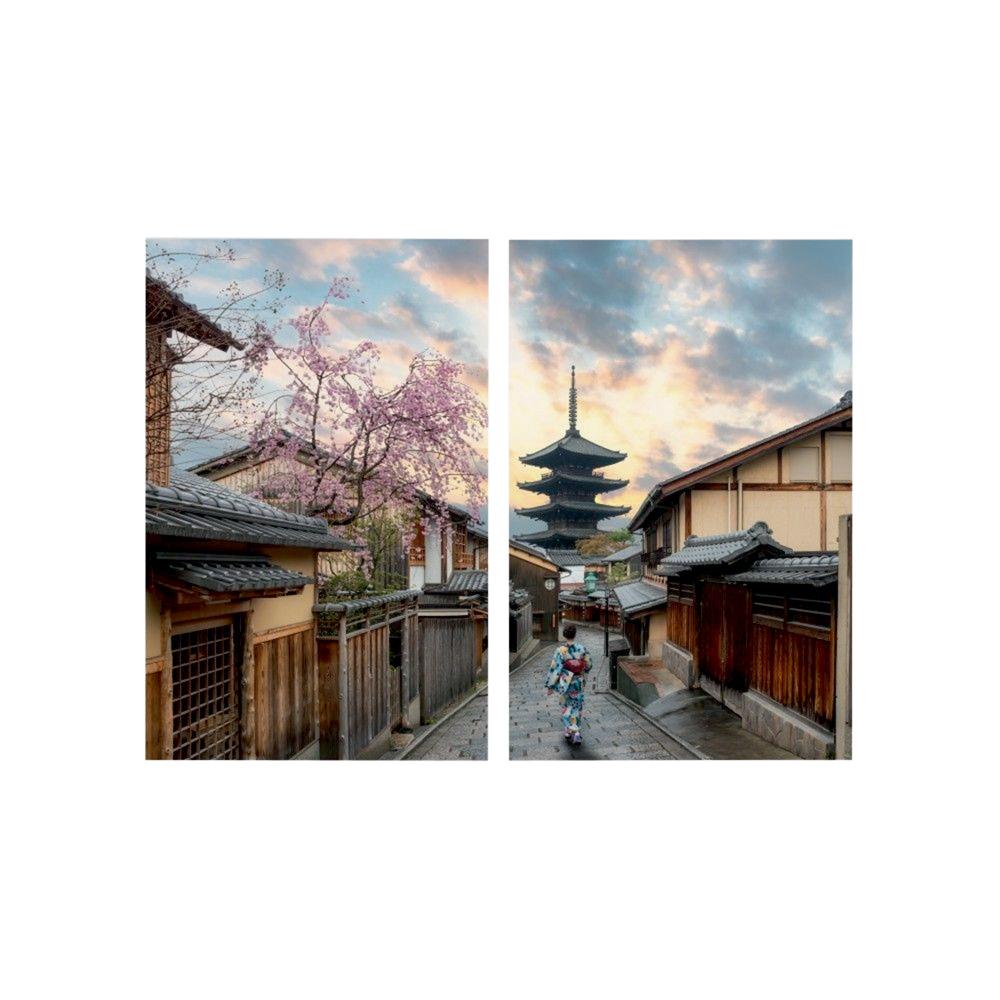 Quadro dividido ao meio em duas partes mostra paisagem no Japão, com árvore de folhas rosas e prédios típicos