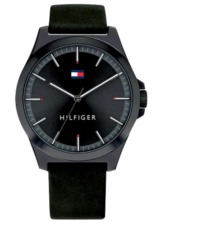 Um relógio todo preto. No display, não há números, só ponteiros e o símbolo da Tommy Hilfiger