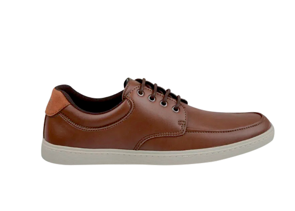Sapato marrom com sola bege clara e detalhe laranja no verso