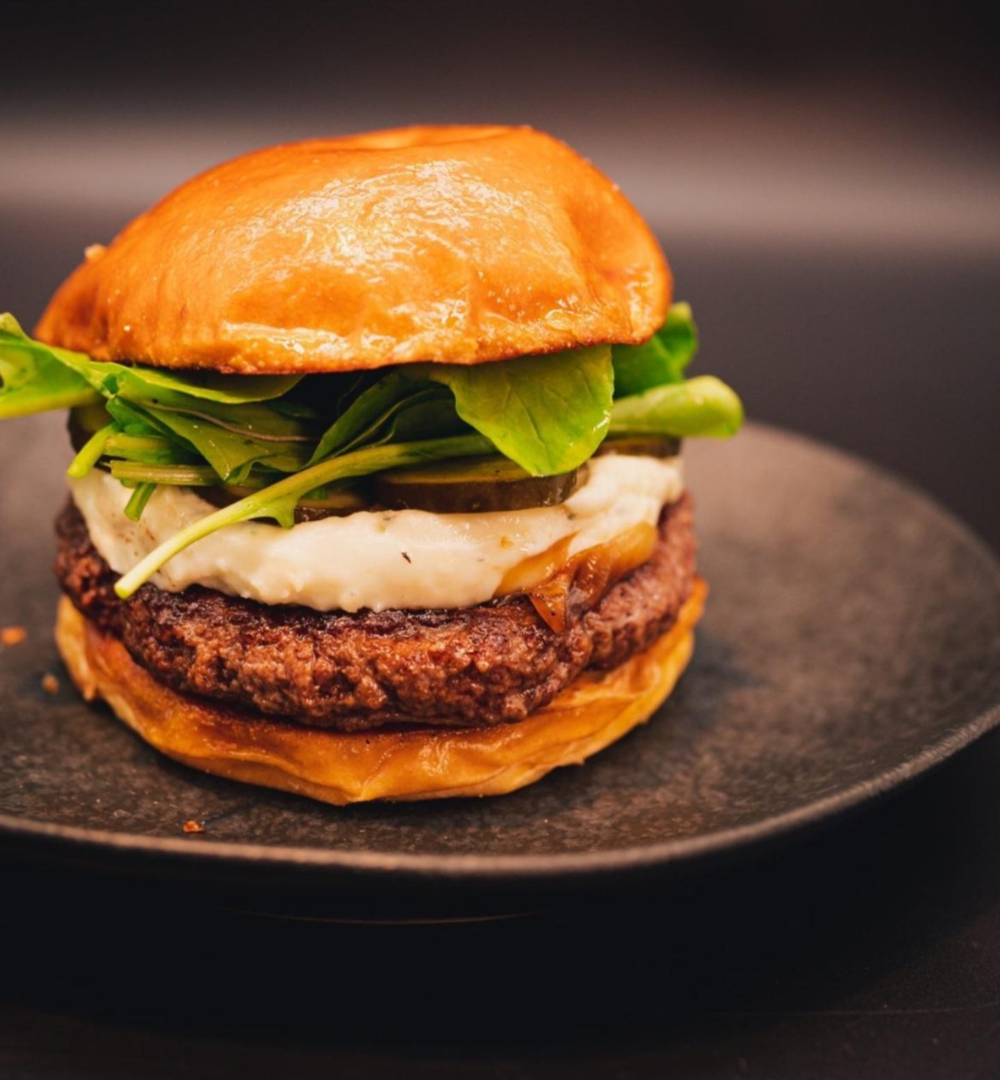 Imagem mostra hambúrguer em prato