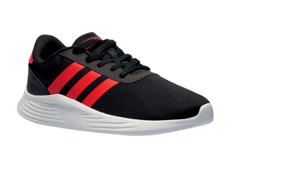 Tênis preto, com sola branca e três listras vermelhas na lateral