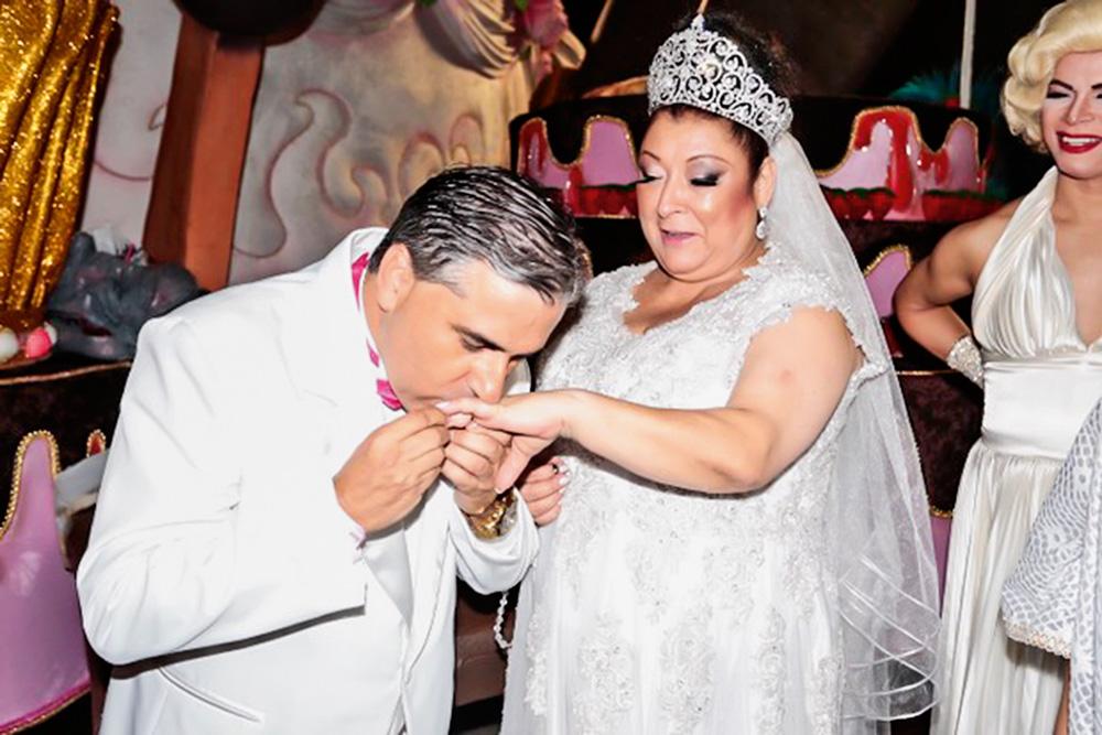 sérgio beijando a mão de angelina durante a cerimônia do casamento