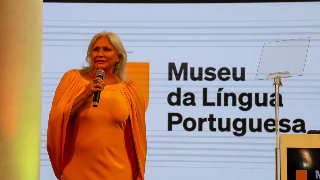 Imagem mostrando Fafá de Belém com um microfone