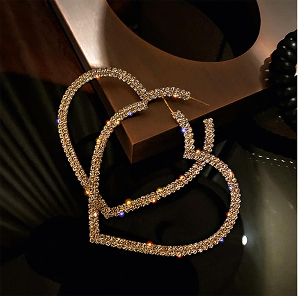 Par de brincos em formato de argola de coração com muitos brilhos