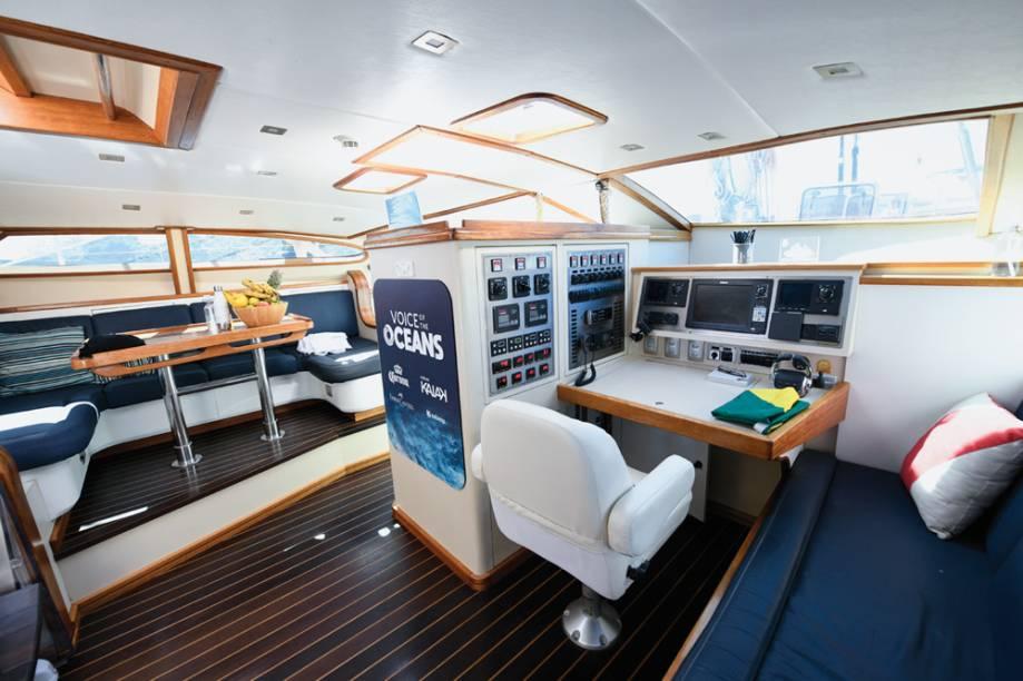 Área de pilotagem do barco Kat, da família Schurmann