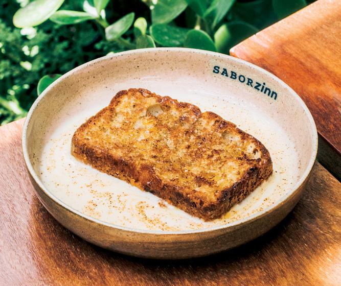 Bolo de maçã: tostado na chapa e servido com creme inglês