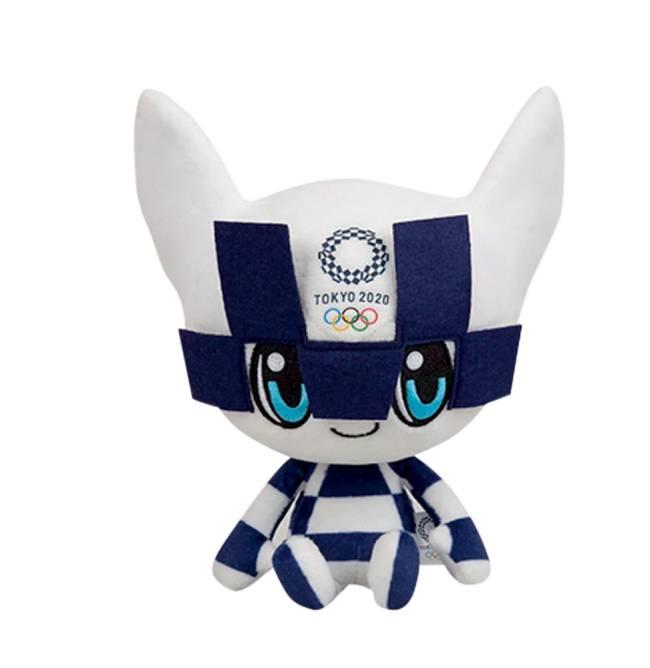 Boneco de pelúcia dos Jogos Olímpicos de Tóquio. Ele é estampado em branco e azul e tem o símbolo da competição na testa