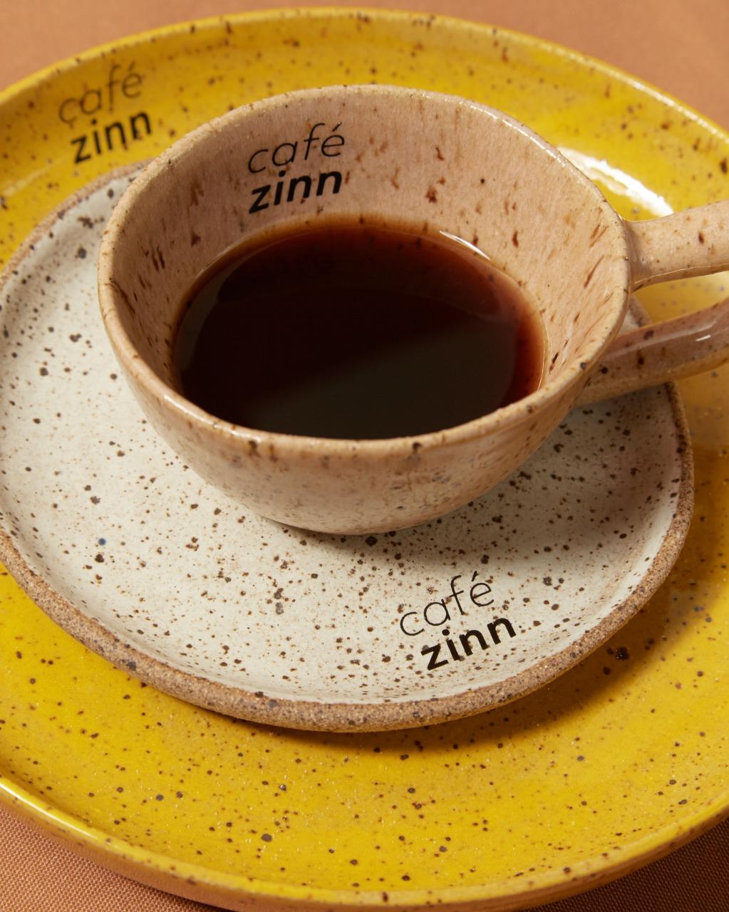Café coado em xícara parda de cerâmica