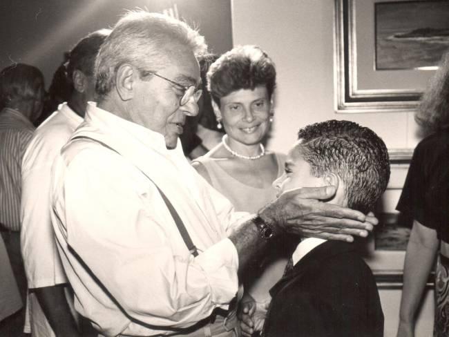 Foto preto e branco de Chico Anysio segurando as bochechas do filho Cícero Chaves.