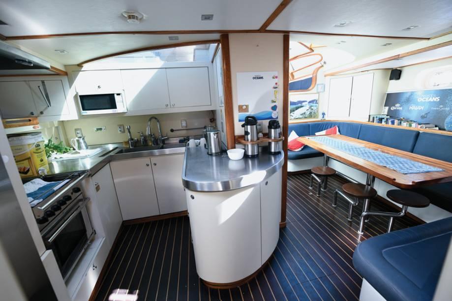 """A cozinha e a """"sala de reuniões"""": espaço de convivência da tripulação, composta da família Schurmann e quatro membros da equipe de filmagem e conteúdo de redes sociais"""