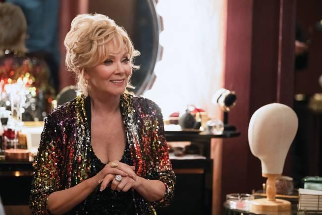 A imagem mostra Jean Smart no papel de Deborah Vance. Eles vete roupas chique enquanto está sentado em uma mesa de restaurante.