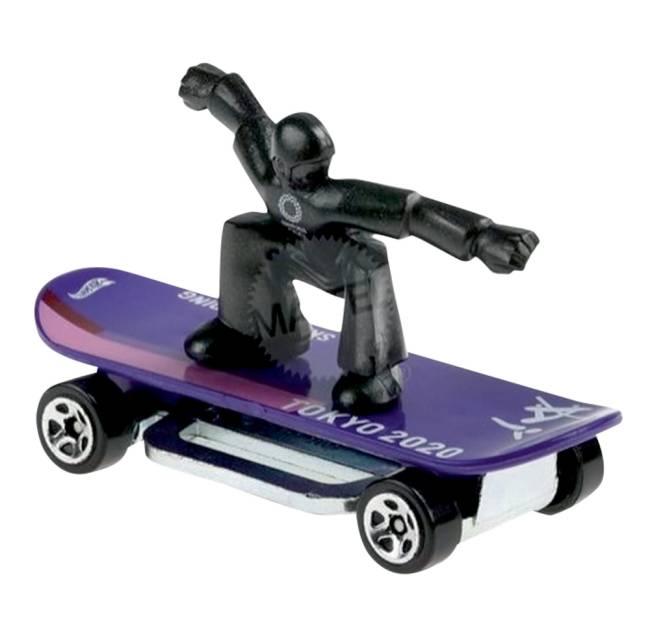 Boneco preto está em cima de um skate roxo que tem o logo dos Jogos Olímpicos de Tóquio