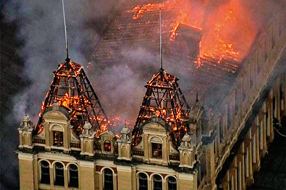 foto aérea de chamas consumindo a estrutura do museu da língua portuguesa, em 2015