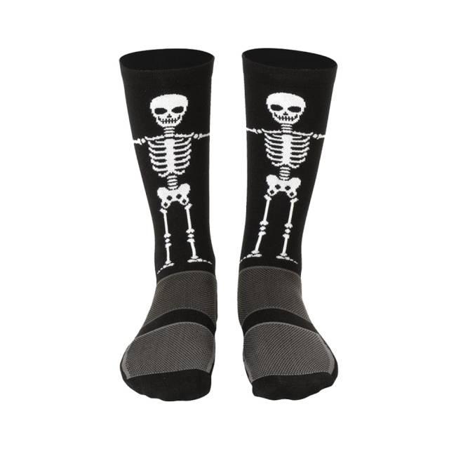 Um par de meias pretas com um esqueleto branco estampado