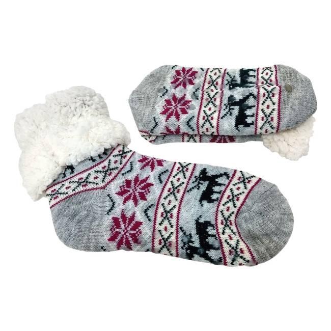 Par de meias com interior branco e de lã. Estampa é cinza com detalhes geométricos em vermelho, branco e preto