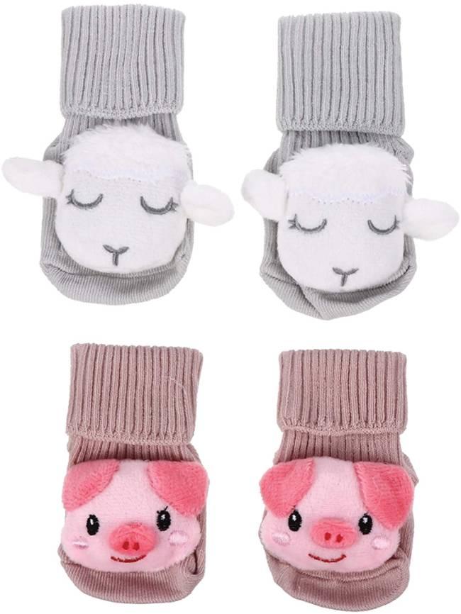 Um par de meias de ovelha e outro de porquinho (pelúcia)