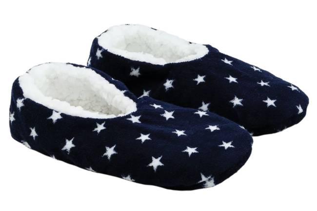 Um par de meias com pelos brancos dentro. Estampa azul com estrelas brancas