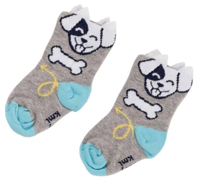 Um par de meias com desenho de cachorro, sola com detalhe em azul e ossinhos de cachorro